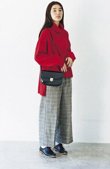 細い線のチェック柄パンツは大人っぽい印象があるため、シックな小物と相性◎。さらにグレーカラーの落ち着きが上品さをプラスし、女性らしい佇まいに見せてくれますよ。冬に着たいビビッドカラーの赤いニットも、グレーカラーがやわらげます。