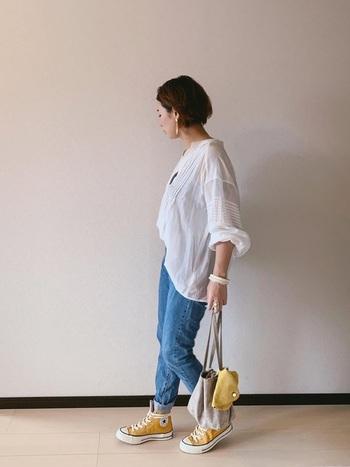 ふんわりシルエットの白ブラウスは、シワ感のある風合いをあえてそのまま活かしてナチュラルで爽やかな着こなしに。ブルーデニムやワイドパンツ、もちろんスカートと組み合わせても素敵ですよ。