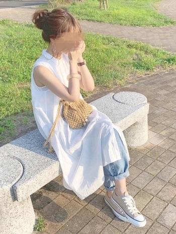 ガーゼ素材風の白ワンピには、夏らしいライトブルーデニムをレイヤード。小物はベージュ系で統一して、ゆるめのおだんごでヘアをすっきりとまとめたら、爽やかな夏コーデの完成です。