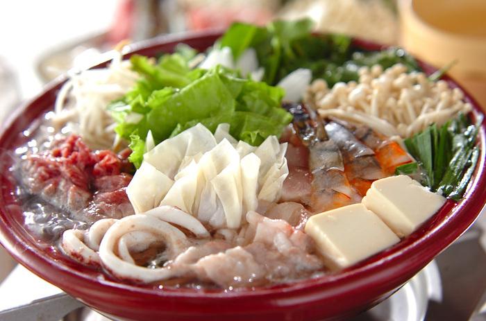 チキンスープであっさり仕上げた鍋を、ナンプラーやスイートチリソース、ピーナッツなどを使ったエスニックなたれにつけて楽しみます。肉・魚介、野菜、きのこなどのほか、ワンタンも入ったにぎやかなお鍋です。