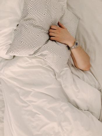 もし枕を使わずに寝ると、頸椎にはストレスが掛かり続けるため、眠りの質も低下してしまいます。また、高さや素材が合わない枕も要注意。無理に使い続ければ、頭痛や肩こり、寝違い、手足のしびれ、めまい等の症状を引き起こしたり、顔のむくみや首のシワの一因になると言われています。