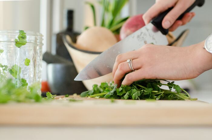 三徳包丁は、お肉からお魚、野菜と日常で使う食材は難なく切ることができる優秀な包丁です。この1本さえ持っていれば、家庭料理で困ることはないでしょう。ブランドによって素材や形状はさまざまなので、できれば店頭で一度確かめてから購入することをおすすめします。包丁も定期的なメンテナンスが必要ですので、できれば砥ぎ石やシャープナーもあわせて購入してくださいね。
