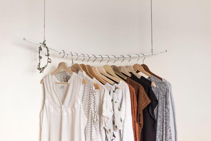 身にまとう服は、いつでもすっきり清潔でありたいものです。次に身に着けるときにしっくりと馴染むように、おうち時間を使ってととのえておきたいところ。レースを付けたりボタンを変えたりと、リメイクの時間に使うのもいいですね。