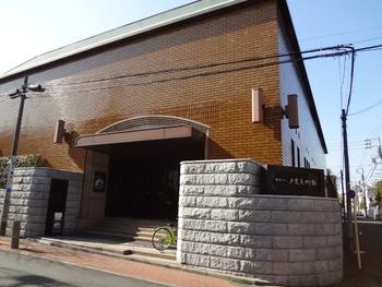 日本でも数少ない東洋の陶磁器を専門とする戸栗美術館。収蔵品は7,000を超えており、伊万里焼や鍋島焼をはじめ、中国・朝鮮のレトロな陶磁器を中心に展示しています。