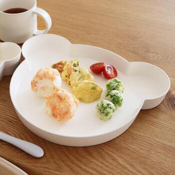 お子様のプレートは便利だけど、家族のお皿とは重ねられなくて収納場所に困ることも多いですよね。ご兄弟で、違うプレートを使っているから、子供用のお皿だけで結構スペースをとってしまうなんてことも。