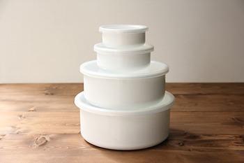 調理したおかずなどを保存、そのまま温めななおしたり、食卓に出してもOKな琺瑯容器。お味噌やぬかの保存容器としても優れていることで知られていますよね。そんな琺瑯容器も、使っていない時には重ねてコンパクトに。