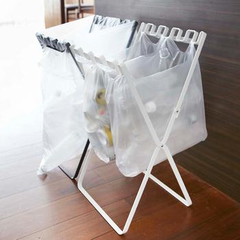 普段からゴミが少ない方や、お客様の時にゴミ箱を増やしたい方には、袋をかけるだけのスタンドタイプがおすすめ。折りたたんだら重ねられて、省スペースに収納できます。簡単に持ち運べるのもメリットです。