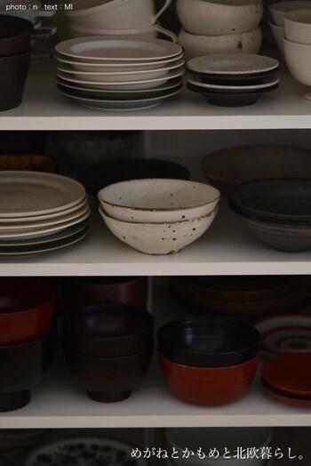 スタッキング出来るボウルもご紹介しましたが、お皿は基本的に同じタイプを重ねて収納するのが基本です。出来れば不揃いの物は処分して、統一感を持たせると食器棚の中もすっきりしますね。