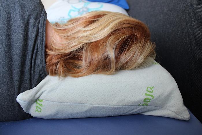 『横向き派』の人の場合は、首の骨が頭から背中にかけてまっすぐになるよう、肩幅に合わせた高さの枕が必要になります。また、よく寝返りを打つ人や、睡眠中もよく動くお子さんには、横幅の広い枕がおすすめです。寝ている間に頭が落ちてしまわないように、少なくとも頭3つ分の幅を見ておきましょう。