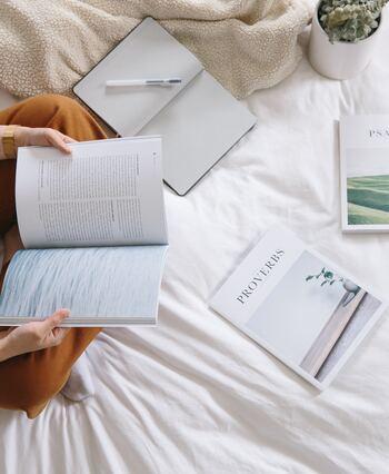 朝は一日のなかでも、頭がスッキリとさえている時間帯です。考えなければいけないこと、その日にやるべきこと、気になっていることなど、ひとりミーティングで思考を整理しましょう。頭の中で考えるだけでなく、手帳やノートに書き出すとより効果的です。 一日の始まりに思考が整理されると、余計な不安にとらわれることもなく、目の前のことに集中できるようになります。