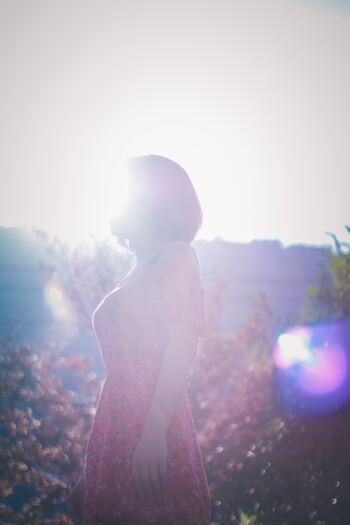 わたしたちに備わっている体内リズムは、1日24時間よりも少し長いといわれています。それをリセットするのが、朝の太陽光をしっかり浴びること。体内リズムが狂うと、不眠や肥満、集中力の低下など、心身にさまざまな不調をきたします。 一日を楽しく機嫌よくすごすためにも、朝の太陽光を浴びることは欠かせない習慣なのです。