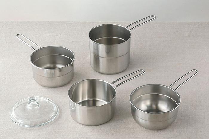 キッチンの中でも存在感があるお鍋。サイズはいろいろあると便利で欲しいと思っても、収納場所が悩みだったりしますよね。そんなお鍋も、スタッキング出来ると一気に省スペースに。
