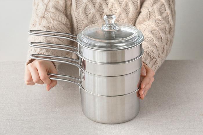 5つのお鍋もこんなにすっきり。それぞれ深さが違うので、用途によって使い分けながら、収納スペースは一つ分だけで良い嬉しいアイテムです。思い切って今あるお鍋を断捨離して、このセットに統一する価値ありのお鍋です。
