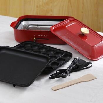 普通のプレートとたこ焼きプレートはすっぽり本体の中に。お鍋用のプレートなどが増えても重ねて収納できるんですよ♪