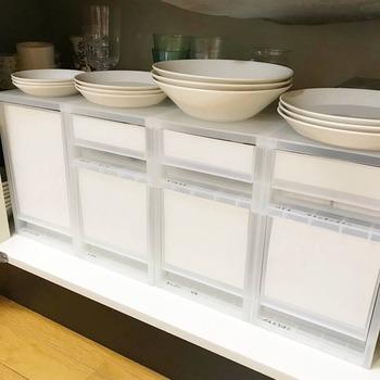収納アイテムも、大きい物をドーンと奥のではなく、小さなアイテムを整理しやすい様に小さなタイプを重ねて置くと便利ですね。良く使うお皿は、収納の上に並べてサッと使えるなど、技が詰まったシンク下収納です。
