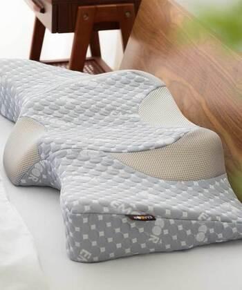 見たことがない不思議なフォルムのこちらは、あらゆる寝方にフィットするという特殊形状の枕。低反発ウレタンを使用し、ほどよいクッション性で頭部から肩口までを支えます。 ウレタンは蒸れやすいことがネックの素材ですが、カバーにメッシュ生地を使うことで通気性を確保。立体ニットの肌触りもサラリとしています。