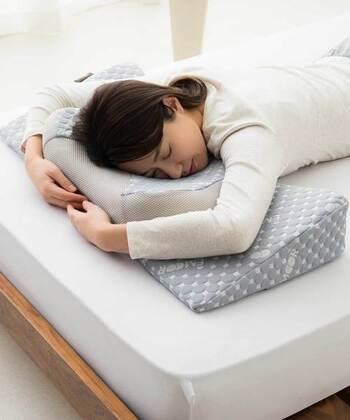複雑な形状によって、仰向き・横向き・うつ伏せと、あらゆる寝方で頭部や首筋がベストポジションにおさまるよう設計されています。うつ伏せ寝なら、枕の凹凸に添って腕を置くことで肩のストレッチまでできてしまうそう。スマホの使い過ぎで凝り固まった肩も、自然にリラックスできますね。