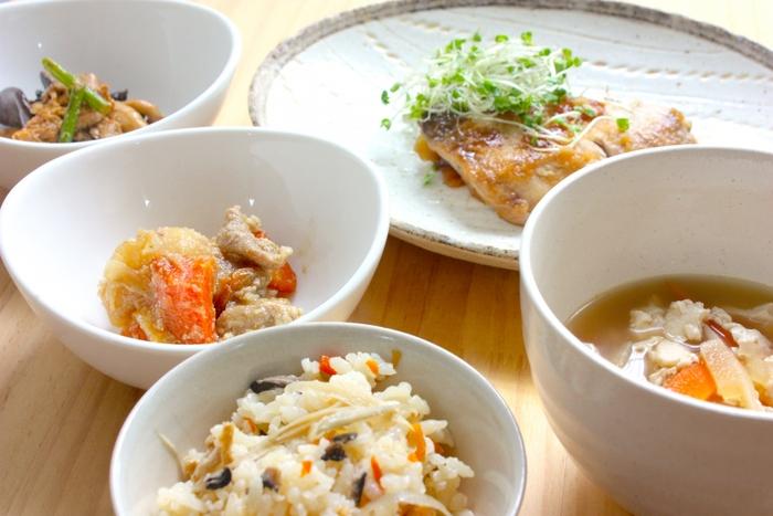 実は比較的最近までは、ごはんと味噌汁と野菜(ときには漬物)などおかずを組み合わせた「一汁一菜」が日本人の食事の基本でした。「家庭料理は一汁三菜」と言われるのは、主食と汁物にタンパク源となる主菜と野菜を使った副菜を合わせると栄養バランスが取りやすい事からです。「理想のスタイル」の一つであって、どうしても守らなければならないという物ではありません。