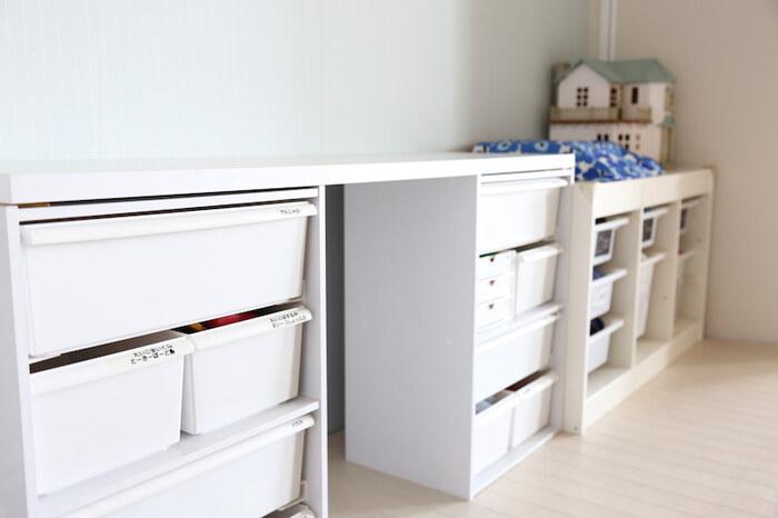 安くてシンプルな収納棚と言えば、カラーボックス。おもちゃをしまう棚は、子どもが大きくなったら処分することを考えると安いもので十分。別売りのパーツも多く売られているので、段を増やしたり、フックを取り付けたり自由度が高いのも魅力的。