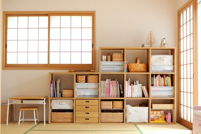 収納場所を決めたら、次に収納棚を置きます。 収納棚といっても大きさもデザインも様々で、何を用意していいかわからないという人は、長く使えるものを選ぶと失敗しません。 小さい頃はおもちゃ、小学生になったら学習用品をしまうことも考えて選ぶといいですね。