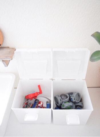 次に、おもちゃを種類ごとに分けて、収納ボックスに入れていきます。その際は、ひとつの箱に1種類ずつ入れましょう。 おもちゃの量にあった収納ボックスを選び、箱がいっぱいになったら見直す癖をつけておくと、おもちゃが増えすぎません。