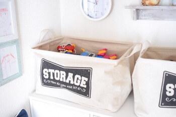 収納ボックスやカゴを選ぶ際は、持ち運びやすさも大事です。おもちゃを入れた時に持ち運べないようでは、子どもは一人でお片づけできないので、小分けにするかキャスター付きのものを選びましょう。