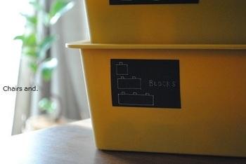 フタ付きや中身が見えない箱にはラベリングがおすすめ。どこに何が入っているか一目でわかり、片付ける時も、きちんと分けて片付けられますね。