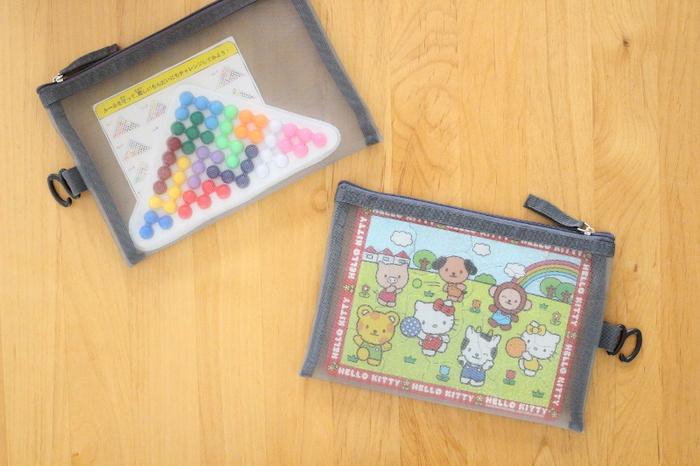 ダイソーで売られているメッシュケースは、パズルやカード、メダルなど細々としたものを入れておくのにちょうどいいサイズ感です。このままバッグに入れて持ち運べるので、出先で遊べるおもちゃをしまっておいてもいいですね。