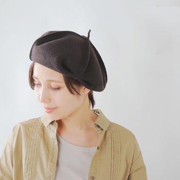ベレー帽はヘアスタイル問わず似合う冬の鉄板ハット。今年もトレンドの一つとしておすすめです。大人のナチュラルな装いにアクセントを加えてくれますよ。