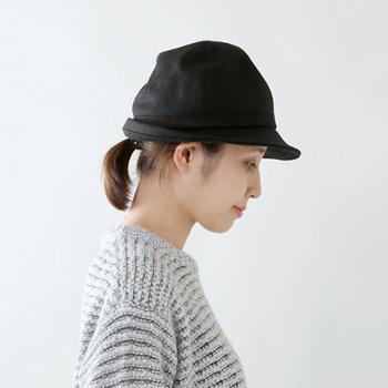 中折れハットをボブヘアで着用するなら、シンプルなひとつ結びもクリーンな印象になります。