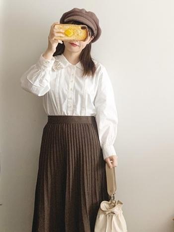 ガーリーなブラウスとプリーツスカートの組み合わせに、キャスケットでボーイッシュな要素をひとさじ。暖かな色味も冬らしいコーディネートです。
