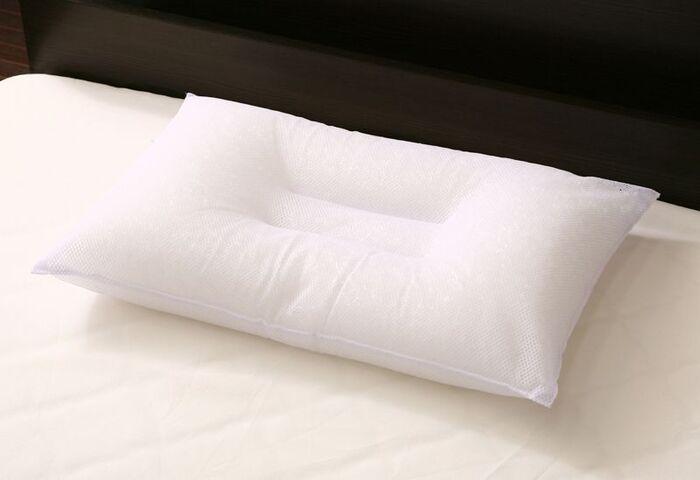 中央がくぼんだドーナツ型は、へこんだ部分に後頭部がおさまるので安定感があります。また、横向きに寝返りを打つ時には枕の盛り上がった部分に頭を乗せると、肩幅分の高さを得ることができるというメリットも。