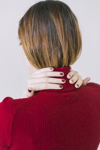 直立した姿勢でそのまま横たわった場合、首と床との間には数センチ程度の隙間ができます。その隙間を埋め、頸椎のカーブを支える役割をしているのが枕なのです。