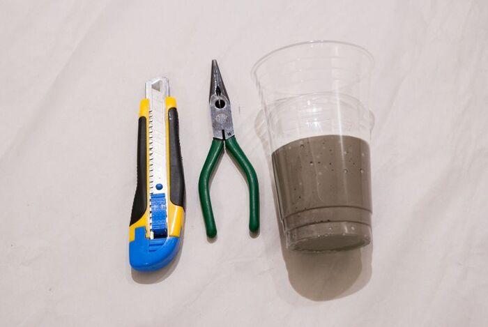 セメントを捏ねて作ったら、大きい方のコップに注ぎます。上から小さいコップを入れ子にして、その間にプラントカバーを整形しましょう。固まって取り外すときは、ペンチやカッターを使うと取り外しやすいです。