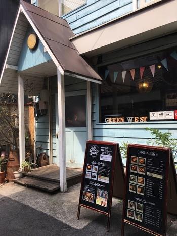 可愛い外観が目印の「太陽ノ塔 GREEN WEST店」。中崎町駅から徒歩5分ほどの場所にあります。お店の前にはメニューの看板が並び、美味しそうなお料理たちに思わず足を止めてしまいそう。
