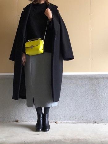 黒&グレーの2色のみを使った冬コーデ。地味な印象にならないように、鮮やかなイエローのミニバッグをアクセントに。