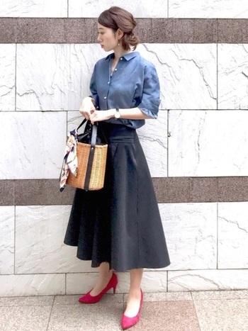シャツにフレアースカートのシンプルコーデ。ピンクのハイヒールを合わせるだけで女優気分になります。