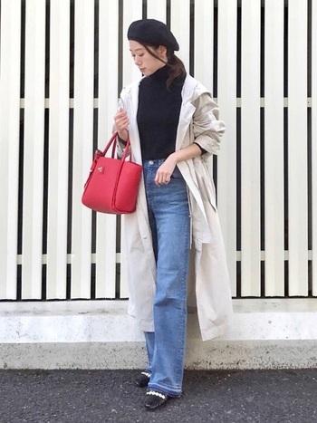 黒のタートル&ベレー帽でパリジェンヌみたいなフレンチコーデ。シンプルになりすぎないよう、赤いバッグをアクセントにします。