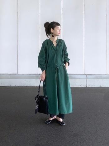 開襟のスタンドカラーのワンピースで顔周りスッキリ。裾にはサイドにスリットが入っているので、軽快に着こなせます。