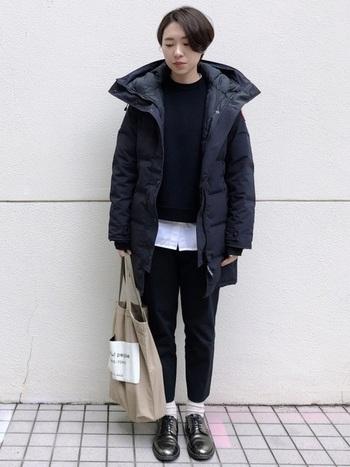 オールブラックのワントーンコーデ。ボリュームのあるダウンジャケットも、トップスから覗かせた白シャツのおかげで重さを軽減しています。明るい靴下で足元にメリハリをつけるのも◎