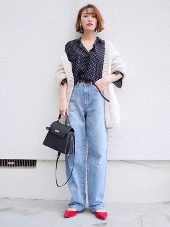 30~40代の大人女性は、デニムにチェックのシャツなどのカジュアルすぎるコーデは厳禁!レーヨンのとろみ素材のシャツでエレガントに着こなして。