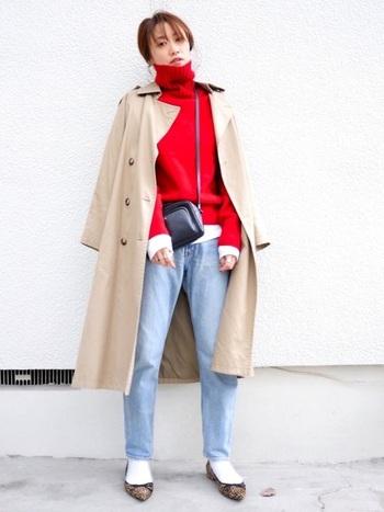 30~40代の大人女性のデニムスタイルは、カジュアルにではなくできるだけキレイ目に着こなすのがポイント。赤ニット&トレンチでカッコよく着こなして。