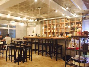 店内は明るく開放的な雰囲気で、オープン棚には数々のボトルが並びます。コーヒータイムにも、夜カフェでお酒を楽しむにもよし!なお店です。テーブル席のほかカウンター席もあるので、1人でふらりとカフェに行きたい気分の時にもよさそうですね。