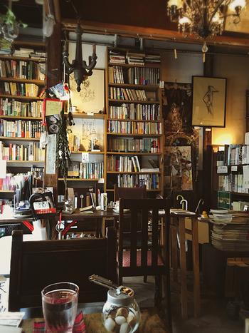 店内の壁一面には本がずらりと並び、喫茶店というより本のギャラリーにいるような感覚に。たくさんの本に囲まれながらのカフェタイムは、本好きさん、読書好きさんにはとても贅沢なものになりそうです。