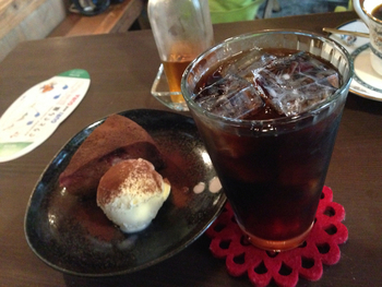 コーヒーにぴったりのスイーツは、ティラミスの他にチョコレートケーキもおすすめです。チョコレートの濃厚な風味がコーヒーとの相性ばっちりで、充実したカフェタイムを過ごせそうです。