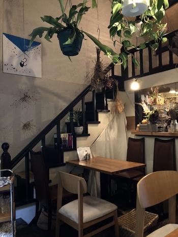 こじんまりした古民家風の外観とは一変、店内は天井が高く開放的な空間が広がります。温かみのあるペンダントライトや観葉植物に心がほっと癒されそう。