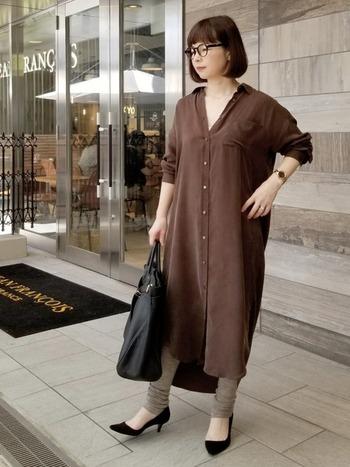 大人感漂うブラウンのシャツワンピ。第3ボタンまでオープンにして首元のVラインを作り出し、顔周りをすっきりと見せます。
