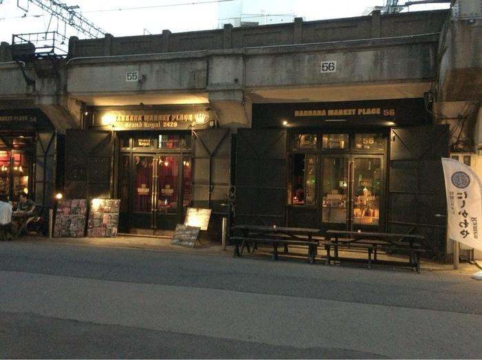 梅田駅から中崎町方面に5分ほど歩いていくと、高架下にお洒落なお店を発見。「BARBARA market place」は、お昼はカフェ、夜はバルとして賑わうお店です。中崎町駅からも歩いて5分ほどの場所にありますよ。