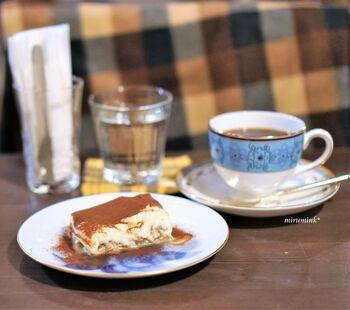 こちらで人気のメニュー、自家製のティラミスです。とろんとした食感が見た目からも伝わるほどで、甘さ控えめに仕上げています。ほのかな苦味も感じられ、大人のデザートにぴったり。コーヒーにはブレンドや水出しなど数種類のものがあるので、お好みのテイストを探すのもいいですね。