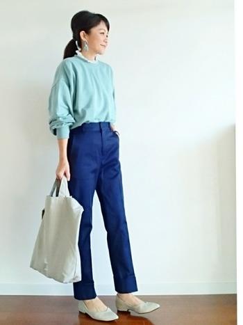 パンツの中央に折り目の入ったセンタープレスの細身のパンツは、縦に伸びたラインが強調され、脚を長くスマートに見せてくれる効果が。トップスはインしてスッキリ着こなしたい。